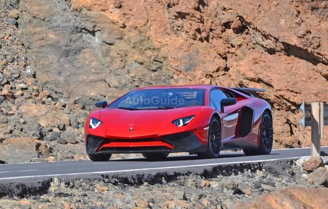 2016-Lamborghini-Aventador-SV-Spy-Pics-5