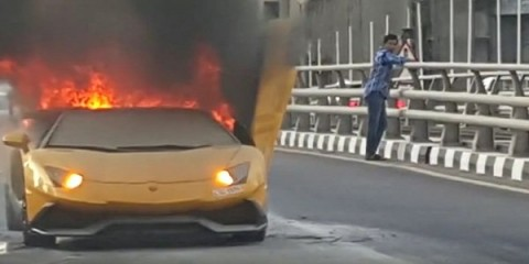lamborghini-aventador-catches-fire-after-needlessly-revving-its-engine-in-dubai-trafic-video-100737-7